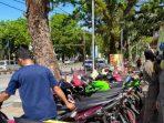 Ganggu Kenyamanan Pejalan Kaki, Satpol PP Padang Tertibkan Pedagang yang Berjualan di Trotoar (1)