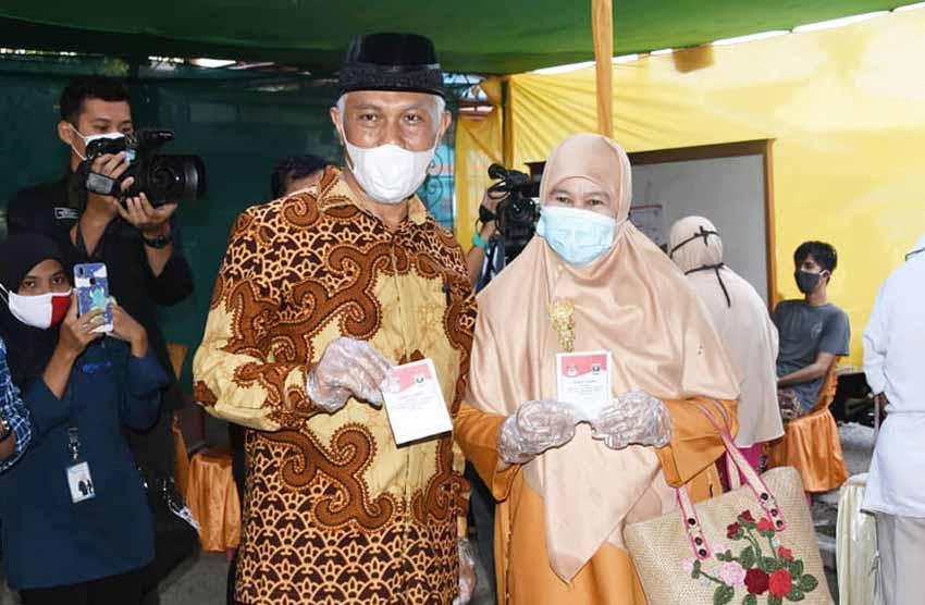 Mahyeldi Ansharullah Dan Istri Mencoblos di TPS 07 Wisma Indah Tabiang