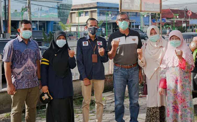 Wako Riza Falepi Bersama Ibu dan Istri Tercinta Mencoblos Di TPS 3 di SMK Tamsis