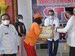 500 Petugas Kebersihan DLH Terima Paket Sembako Dari BNI Wilayah 02 Padang