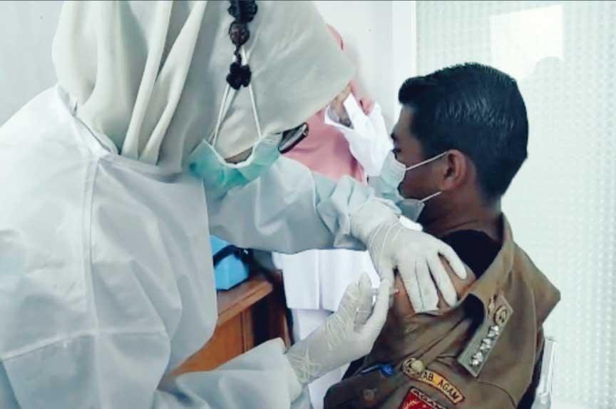 Camat Kamang Magek disuntik vaksin covid-19