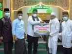 Wakil Bupati Richi Aprian serahkan bantuan untuk masjid nurul akbar