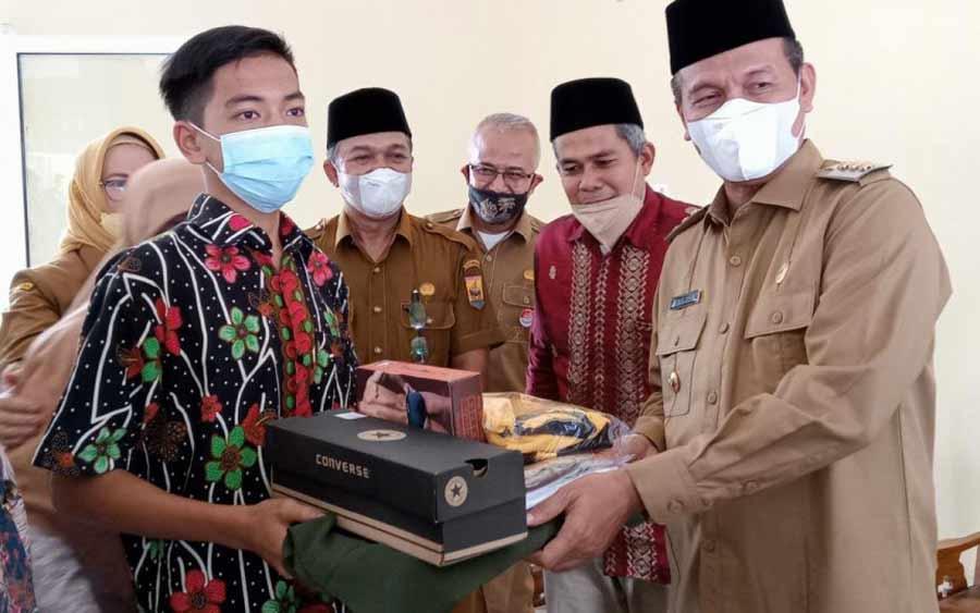 50 orang penghuni Panti Asuhan Aisyiyah menerima bantuan dari Wali Kota Pariaman, Genius Umar, di Gedung Aisyiyah