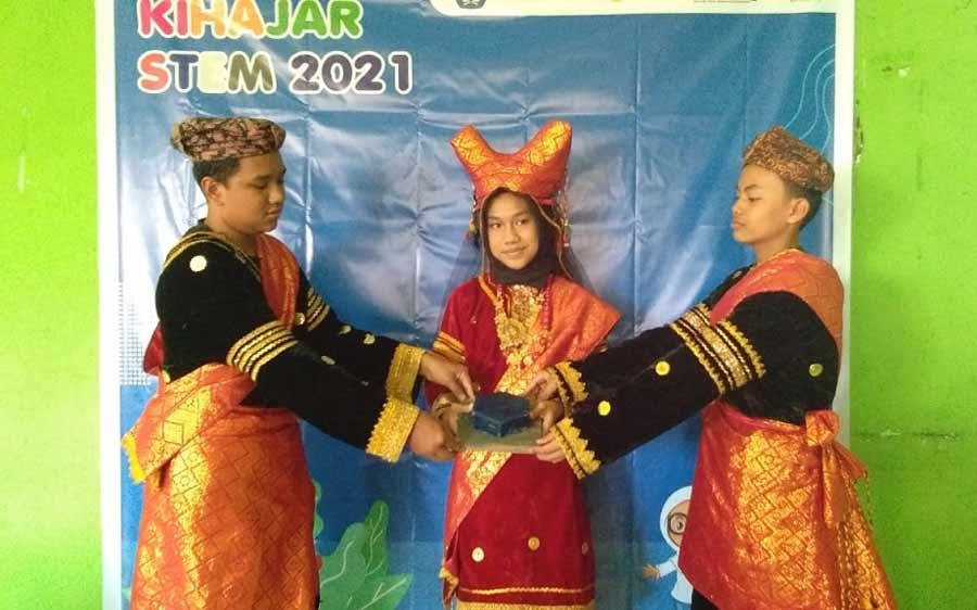 Siswa SMP Raudhatul Jannah Ciptakan Paving Block Dari Limbah Masker